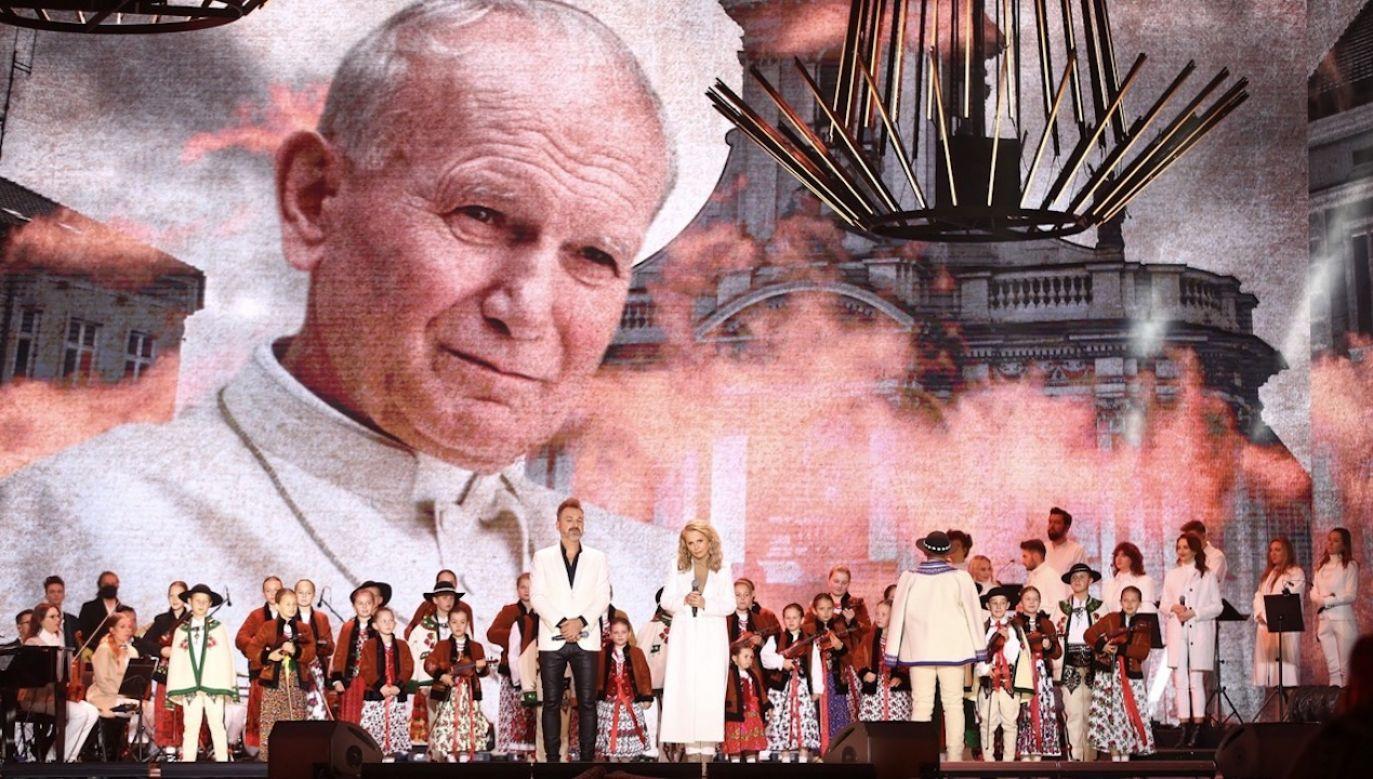Telewizyjny koncert papieski był kulminacją trwających przez cały rok obchodów setnej rocznicy urodzin Karola Wojtyły (fot. PAP/Łukasz Gągulski)