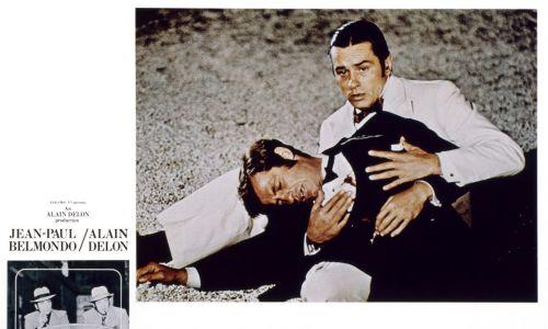 """Najsłynniejszym z ich wspólnych obrazów  jest z pewnością """"Borsalino"""" z 1970 r., dramat w modnym wówczas stylu retro, dziejący się w Marsylii.  Na zdjęciu karta reklamowa filmu """"Borsalino"""" – Jean-Paul Belmondo i Alain Delon, 1970. Fot. LMPC via  Getty Images"""