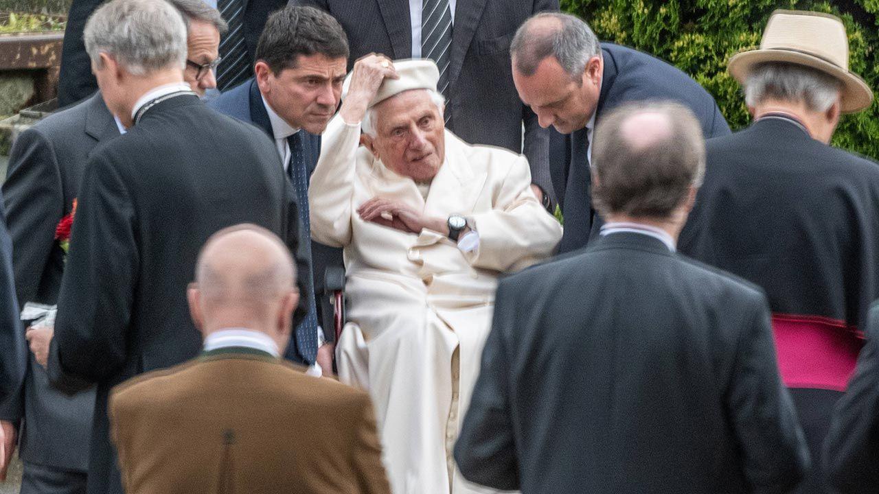 Papież odwiedził schorowanego brata (fot. PAP/DPA/Armin Weigel)