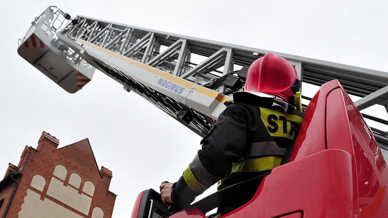 Jedna z osób była ewakuowana przy pomocy drabiny mechanicznej (fot. PAP/ Marcin Bielecki, zdjęcie ilustracyjne)