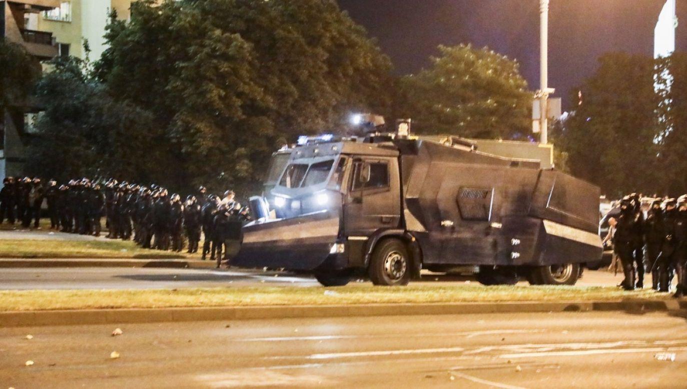 Od wczoraj na Białorusi trwają protesty przeciwko fałszerstwom wyborczym (fot. PAP/EPA/STRINGER)