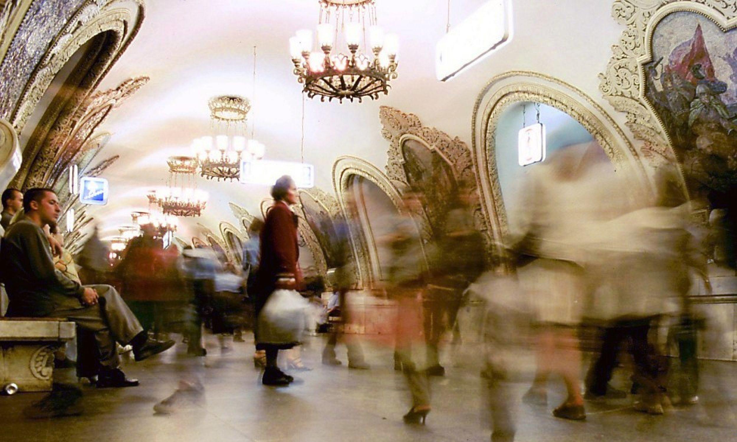Stacja Kijewskaja linii Kolcewaja okrążającej centrum Moskwy jest jedną z najbardziej ozdobionychi w całym systemie metra przez co sama w sobie stanowi atrakcję turystyczną. Fot. Wikimedia Commons/Unknown. First uploaded by Worldtraveller. - gallery.world-traveller.org. First uploaded by Worldtraveller., CC BY-SA 3.0, https://commons.wikimedia.org/w/index.php?curid=49684