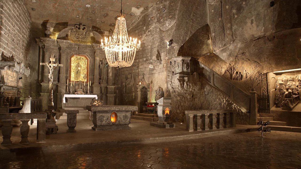 """Nabożeństwo w Wigilię Bożego Narodzenia odprawiane jest w kaplicy św. Kingi (fot. Kopalnia Soli """"Wieliczka"""")"""
