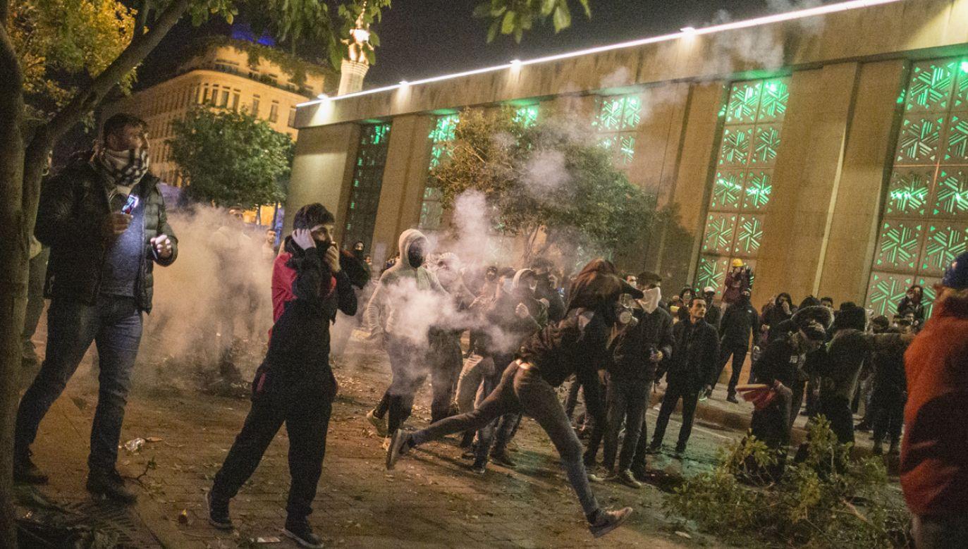 Demonstranci starli się z policją w centrum Bejrutu, w pobliżu parlamentu (fot. Sam Tarling/Getty Images)