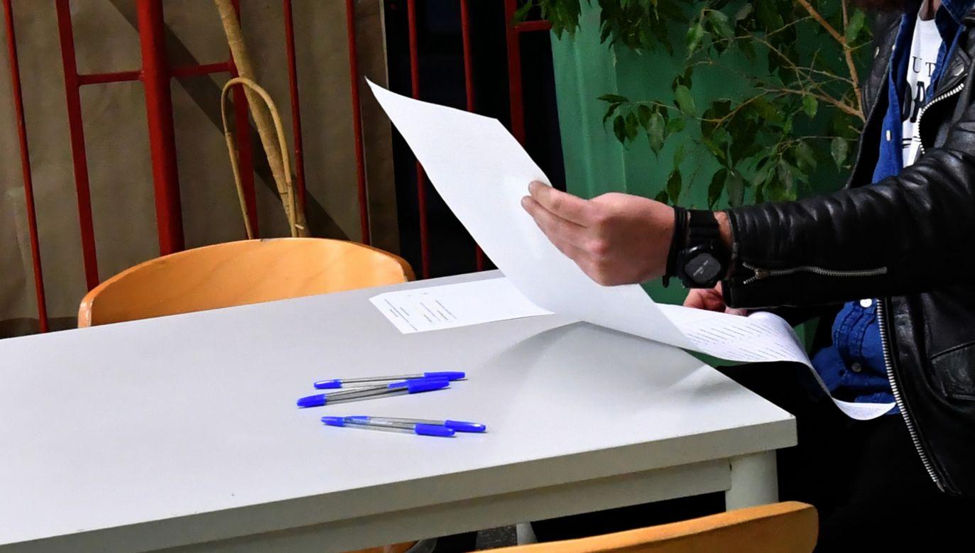 W lokalu wyborczym wyborcy otrzymają dwie jednostronicowe karty do głosowania (fot. PAP/Marcin Bielecki)