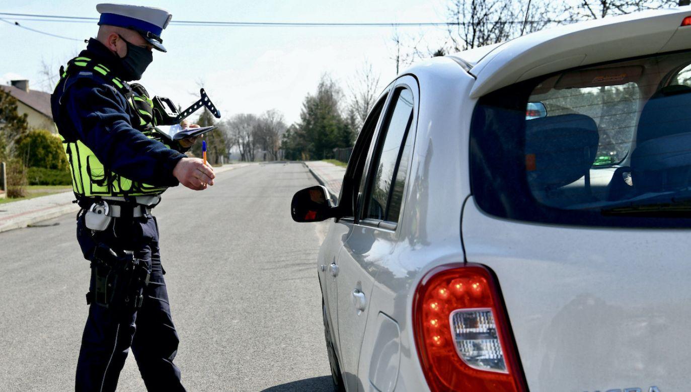 Czy starosta może zatrzymać prawo jazdy opierając się jedynie na informacjach policji? (fot. PAP/Darek Delmanowicz, zdjęcie ilustracyjne)