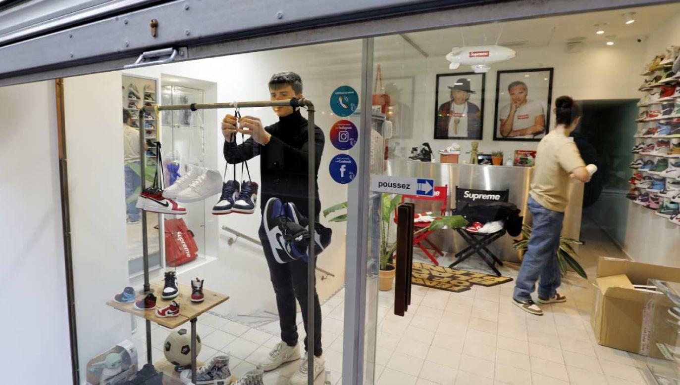 Sklepy we Francji przygotowały się na sobotnie otwarcie (fot. PAP/EPA/SEBASTIEN NOGIER)