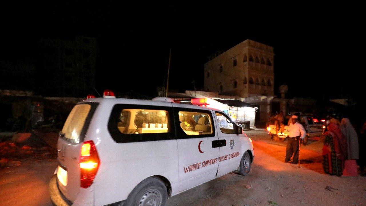 Karetka pogotowia udająca się na miejsce eksplozji w hotelu Elite w Mogadiszu (fot. REUTERS/Feisal Omar)