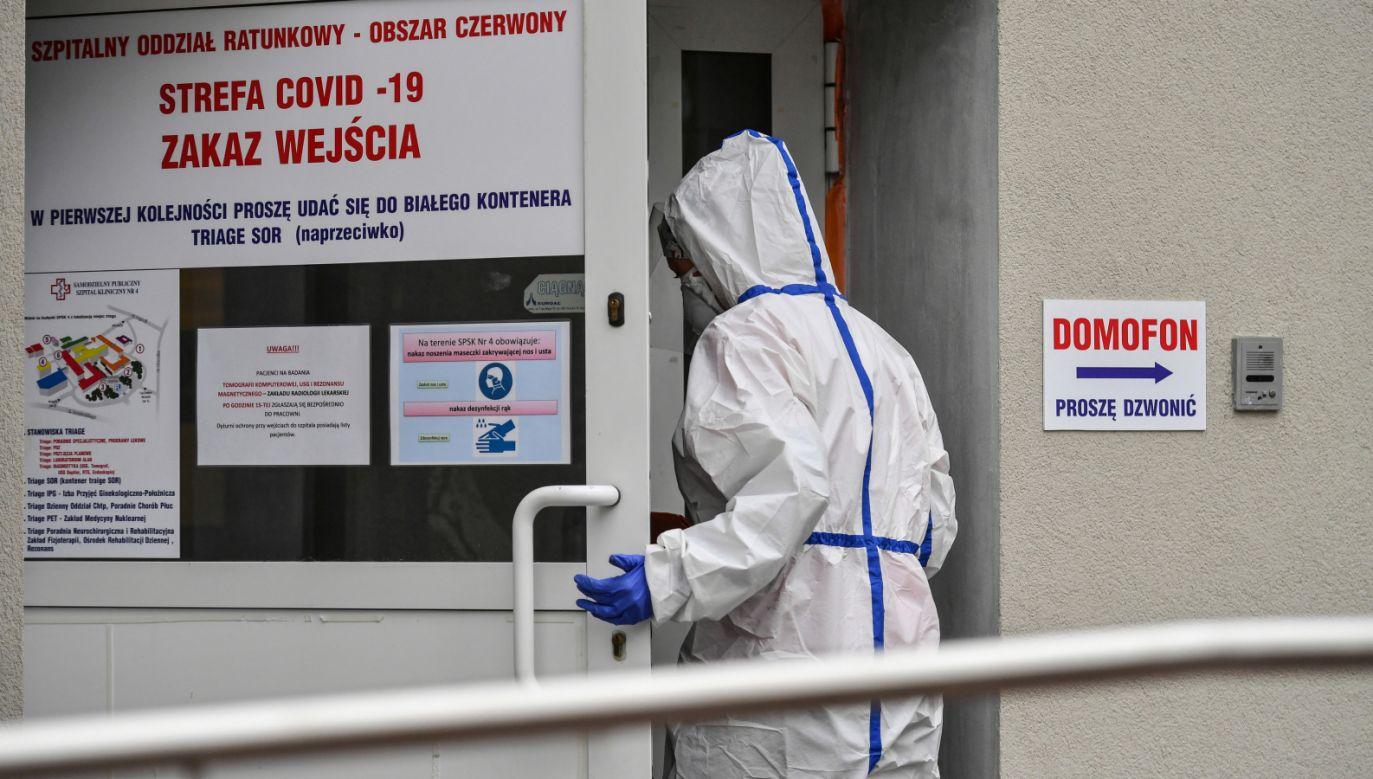 W sobotę odnotowano kolejny rekord zgonów w związku z zakażeniem koronawirusem (fot. PAP/Wojtek Jargiło)