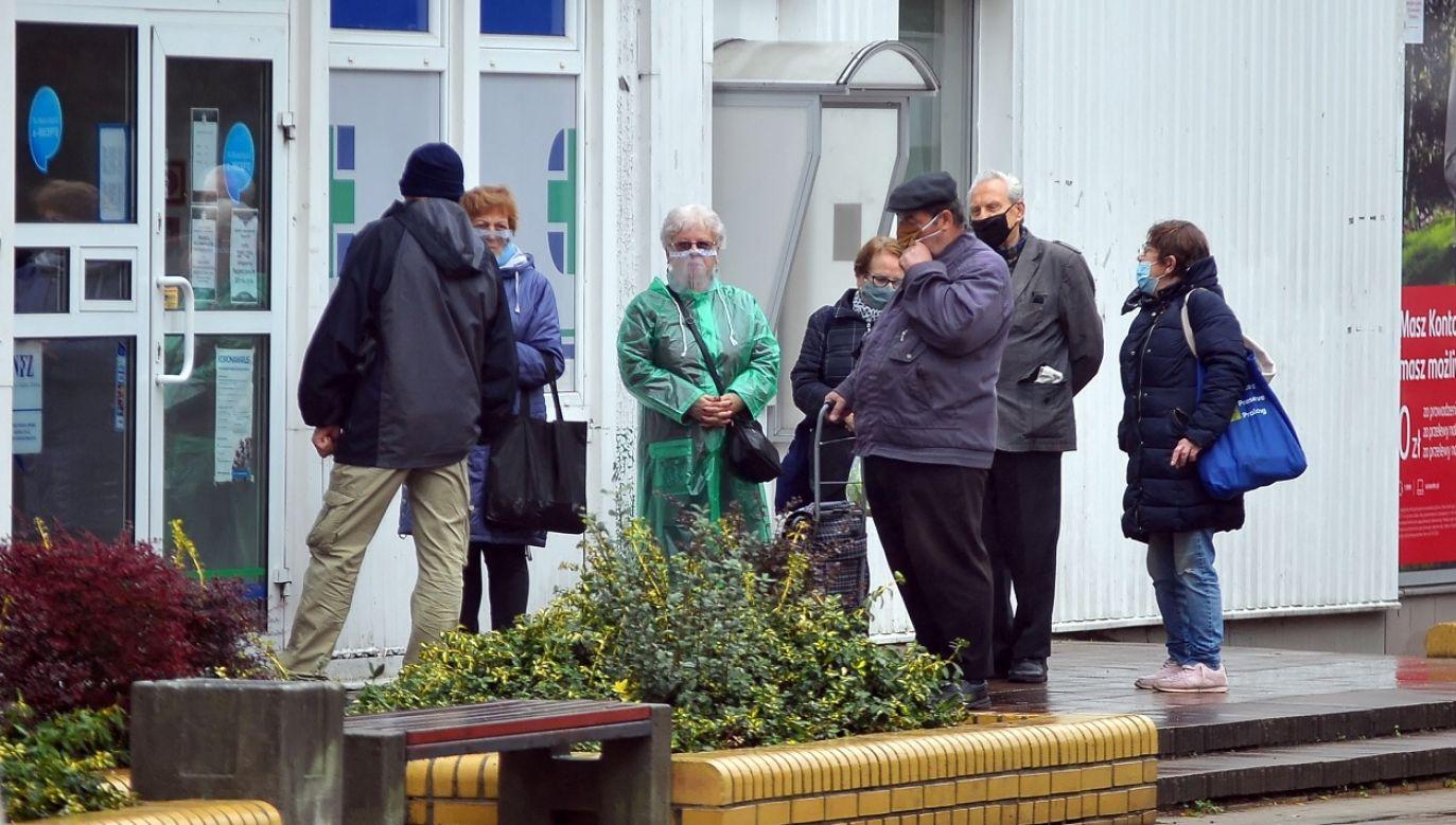 Gotowość niesienia pomocy można zgłaszać na stronie www.wspierajseniora.pl (fot. PAP/Marcin Bielecki)