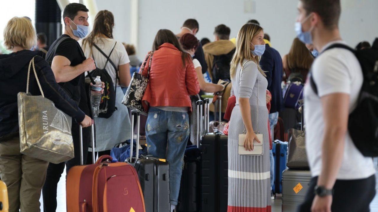 KE podkreśla, że zgodnie z unijnymi przepisami podróżni mają prawo wybierać między voucherem lub zwrotem gotówki  (fot. Yuriko Nakao/Getty Images)