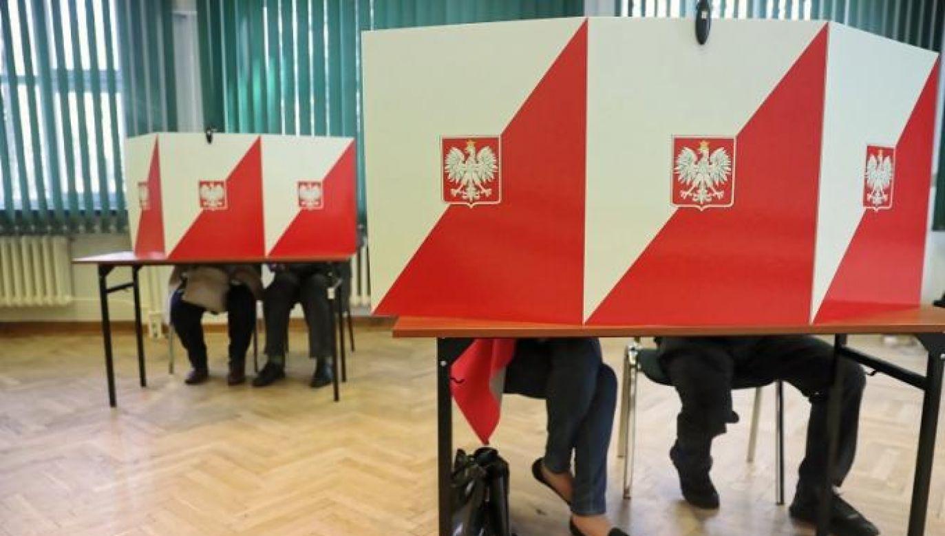 Ruch Kontroli Wyborów uruchamia telefony alarmowe (fot. Tomasz Gzell/PAP)