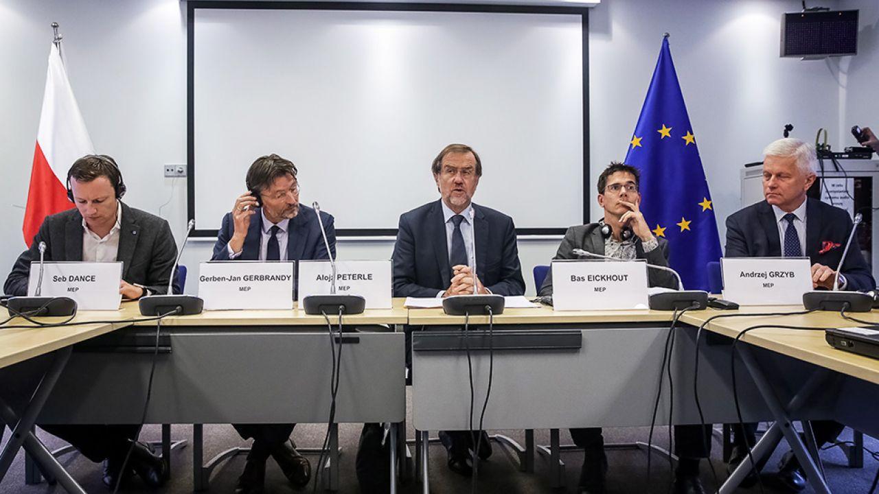 Delegacja Komisji Ochrony Środowiska Naturalnego, Zdrowia Publicznego i Bezpieczeństwa Żywności Parlamentu Europejskiego. Od lewej: Seb Dance, Gerben-Jan Gerbrandy, Alojz Peterle, Bas Eickhout i Andrzej Grzyb (fot. PAP/Tomasz Gzell)
