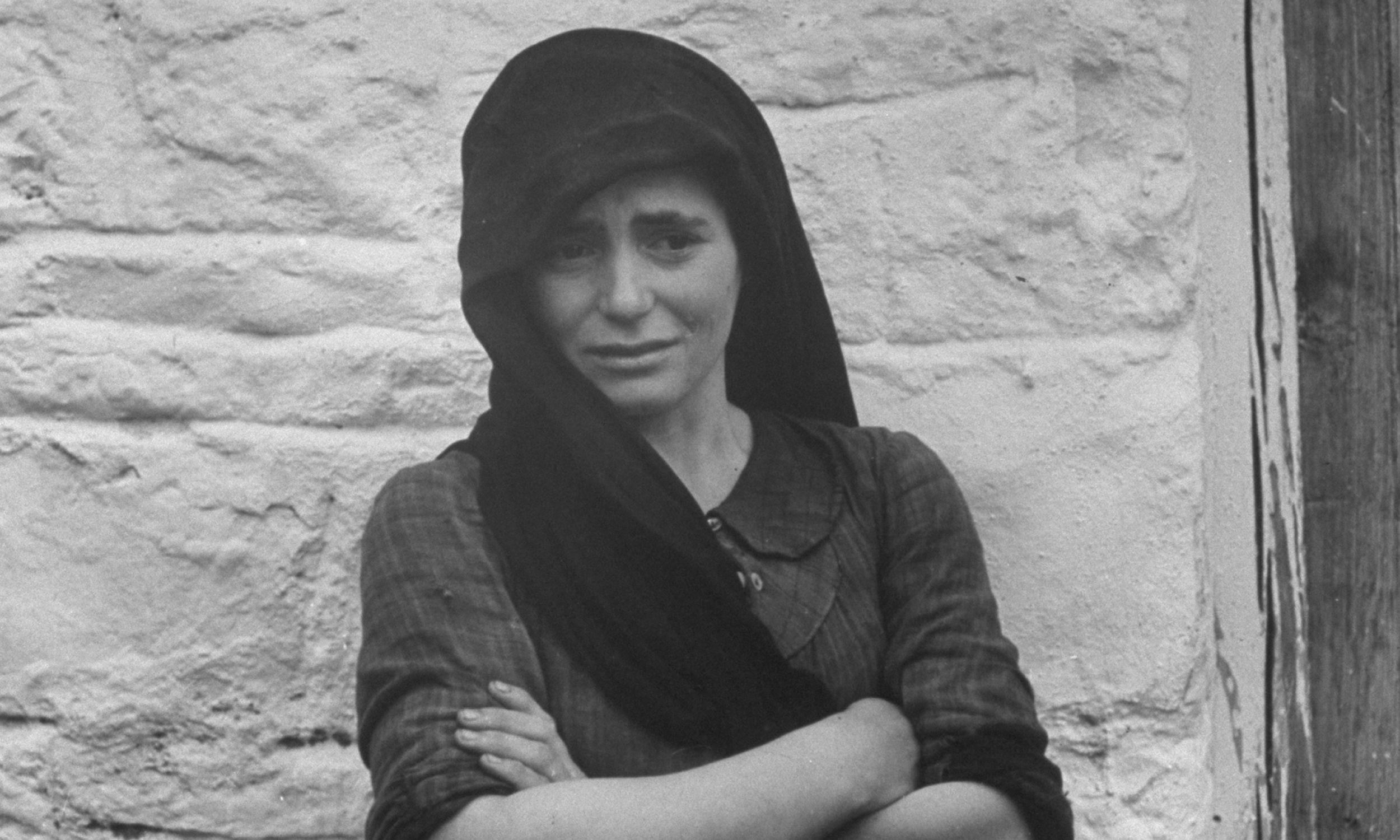 Młoda Greczynka wciąż płacze, cztery miesiące po tym, jak Niemcy zabili jej matkę podczas masakry w Distomo. Fot. Dmitri Kessel / The LIFE Picture Collection / Getty Images