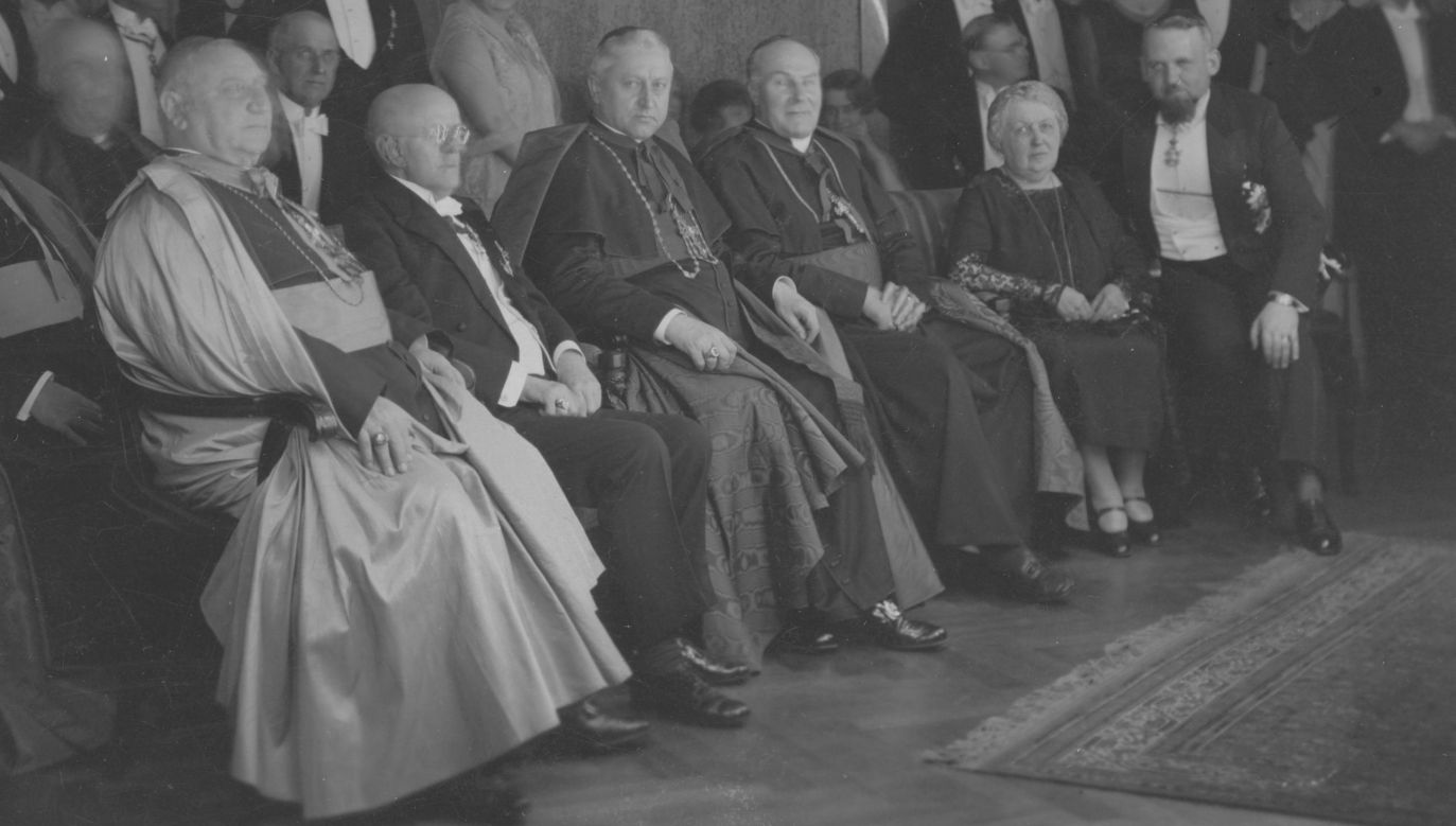 Wizyta Prymasa Polski ks. kard. Augusta Hlonda w Niemczech w 1933 roku. Raut w Konsulacie Generalnym RP w Monachium. Siedząw pierwszym rzędzie: konsul generalny Aleksander Ładoś, jego matka Albina Ładoś, arcybiskup Monachium i Fryzyngi ks. kardynał Michael von Faulhaber,  ks. kard. August Hlond, premier Bawarii Heinrich Held, nuncjusz apostolski w Monachium arcybiskup Alberto Vassallo di Torregrossa. Fot. NAC/IKC
