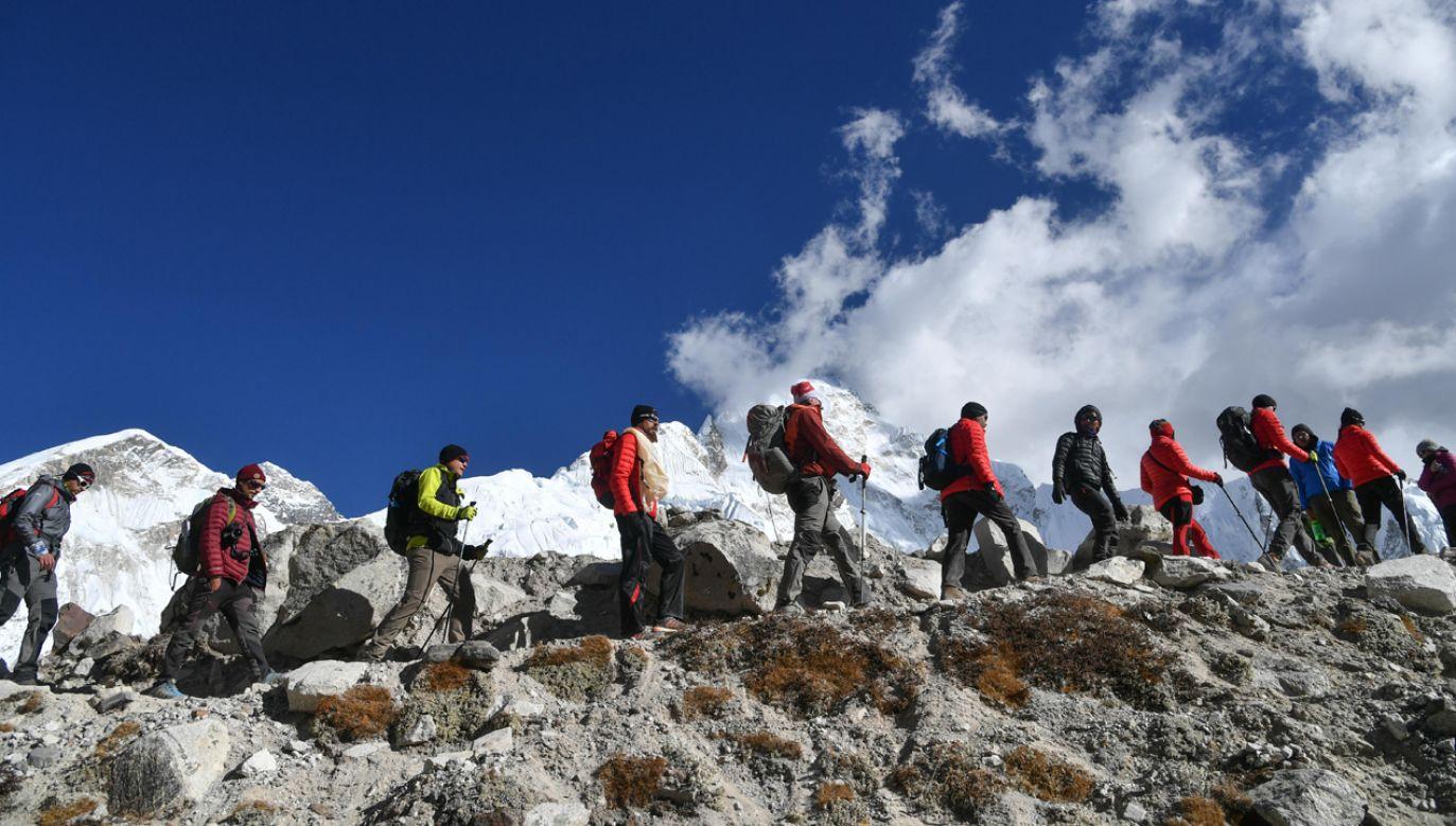 Władze Nepalu były krytykowane za wydawanie zbyt wielu pozwoleń na atak na Everest (fot. PAP/Bartłomiej Zborowski)