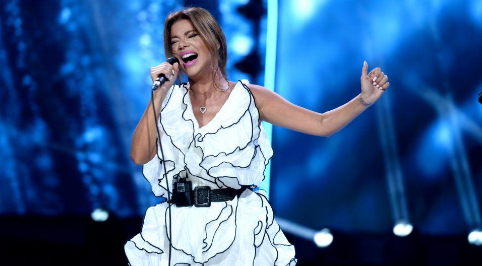 """To był bardzo emocjonalny występ dla Edyty Górniak. Artystka zaśpiewała swój największy hit """"To nie ja"""". Podczas owacji na stojąco, nie kryła łez wzruszenia (fot. J. Bogacz/TVP)"""
