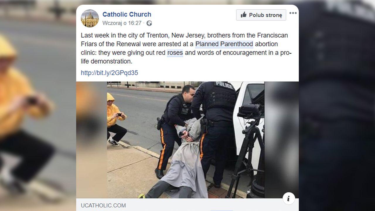 Obdarowywanie kobiet różami nie spodobało się pracownikom kliniki aborcyjnej (fot. FB/Catholic Church)