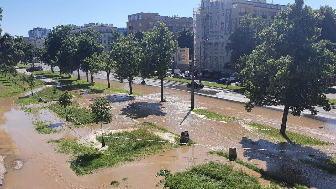 Woda podmywa jezdnię i torowisko (fot. Twitter/@BorkowskMarek)