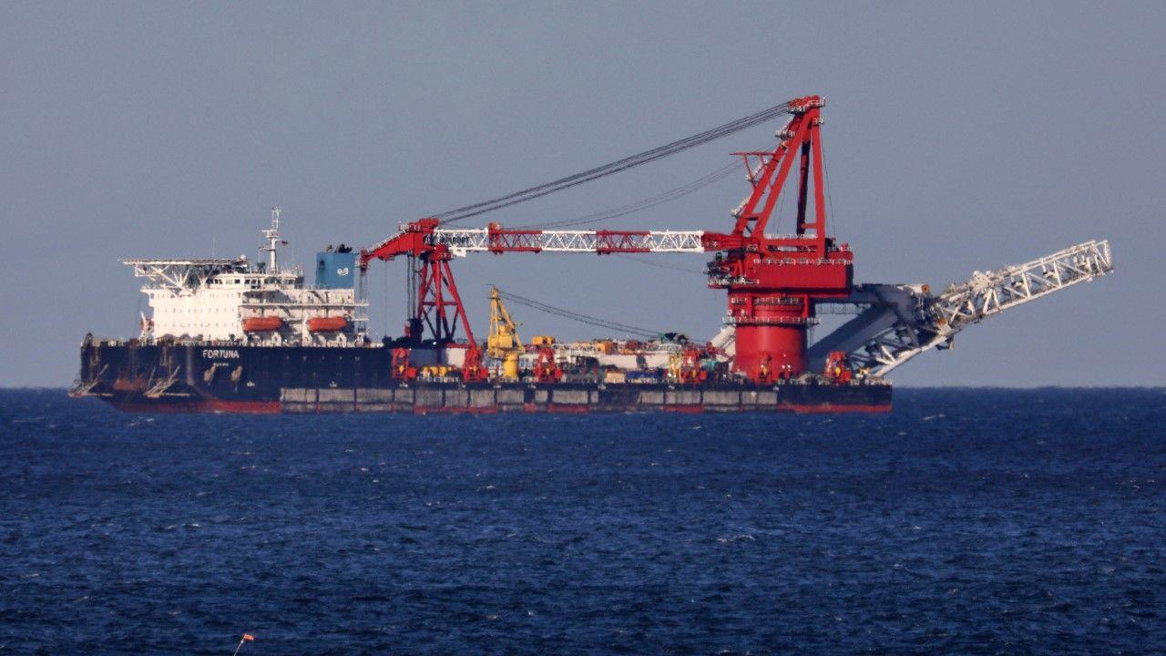 "Statek ""Fortuna"" ukłądajacy rurociąg Nord Stream 2 (fot. arch PAP/ Bernd Wüstneck/dpa-Zentralbild/dpa)"