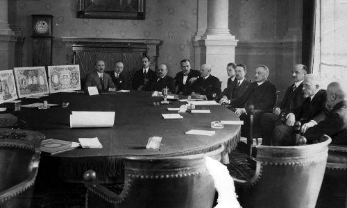 Sąd konkursowy, wybierający w marcu 1925 roku projekty nowych banknotów polskich. Sala konferencyjna Banku Polskiego w Warszawie. Fot. NAC/IKC, sygn. 1-G-6349