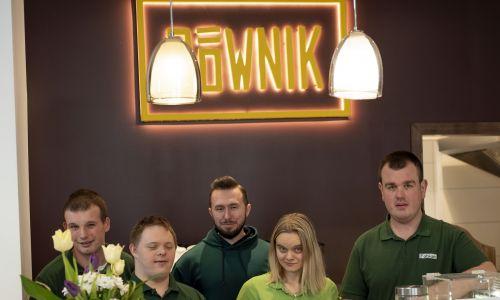 Ekipa Cafe Równik i asystent Wojtek (w środku), który pomaga im przy pracy. Fot. Daniel Fabrykiewicz