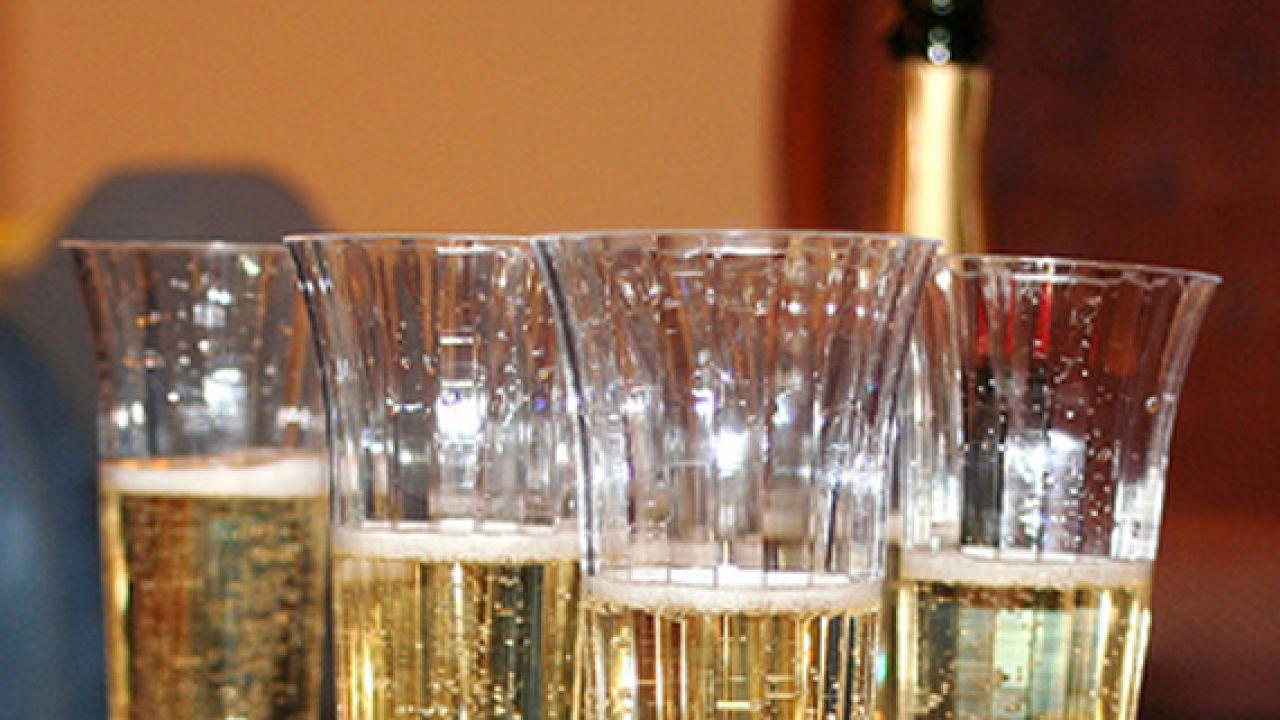 Znawcy odradzają mycie kieliszków do szampana w zmywarce  (fot. flickr/Waldo Jaquith)