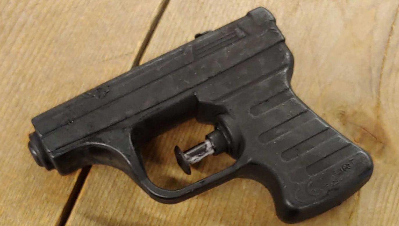 Zabawkowe pistolety były pomalowane na czarno (fot. Facebook/Politie Basisteam Gouda)