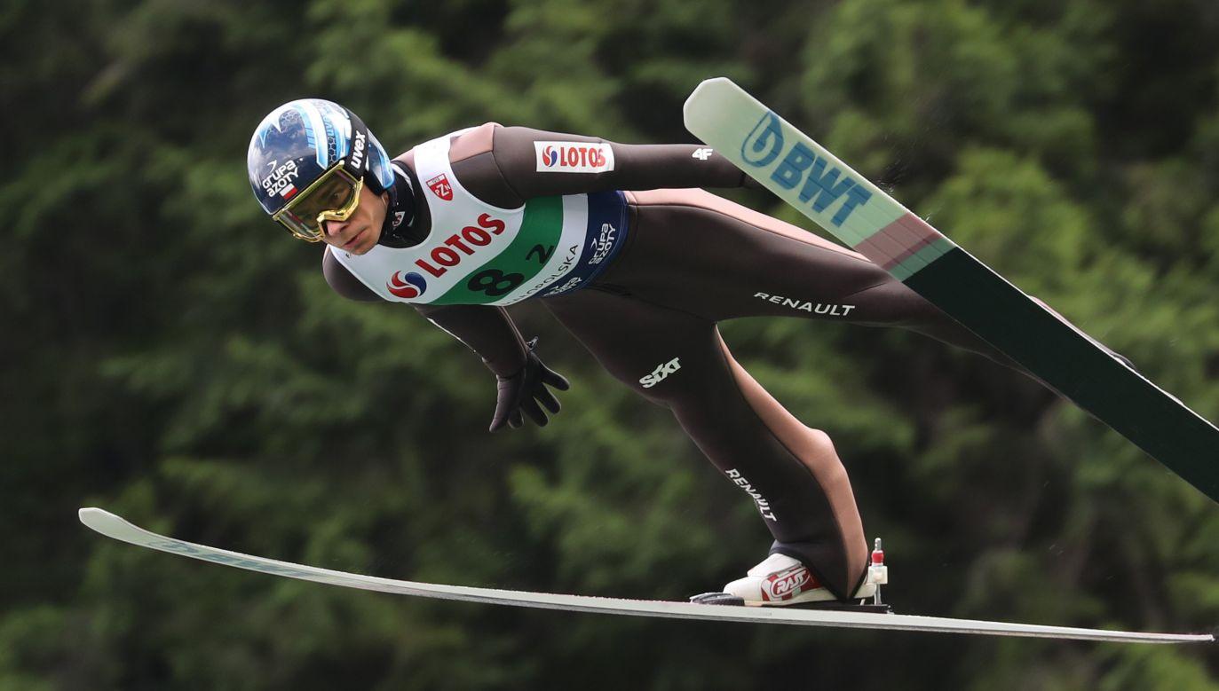 Jakub Wolny podczas pierwszej serii konkursu drużynowego letniej Grand Prix w skokach narciarskich w Zakopanem (fot. PAP/Grzegorz Momot)