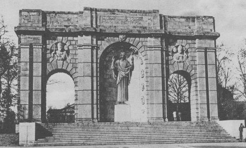 Miał formę łuku triumfalnego – stał tam , gdzie dziś stoją Poznańskie Krzyże. Fot. NAC/IKC