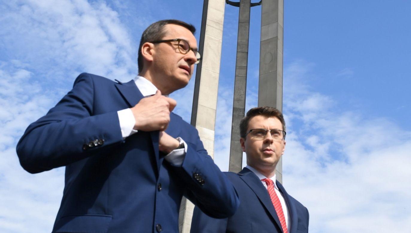 Premier Mateusz Morawiecki i rzecznik rządu Piotr Mueller (fot. PAP/Adam Warżawa)
