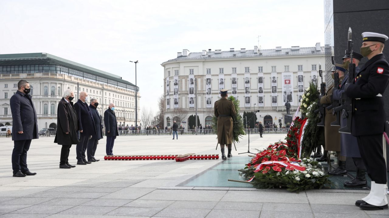 Politycy PiS składają kwiaty pod pomnikiem ofiar katastrofy smoleńskiej (fot. PAP/Leszek Szymański)