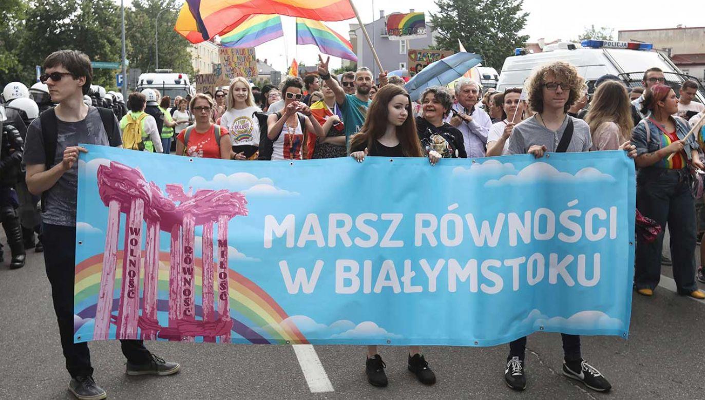"""Dyrektor ŻIH uważa, że pomiędzy uczestnikami marszu równości a ich przeciwnikami zachodzi różnica """"niemal antropologiczna"""" (fot. PAP/Artur Reszko)"""