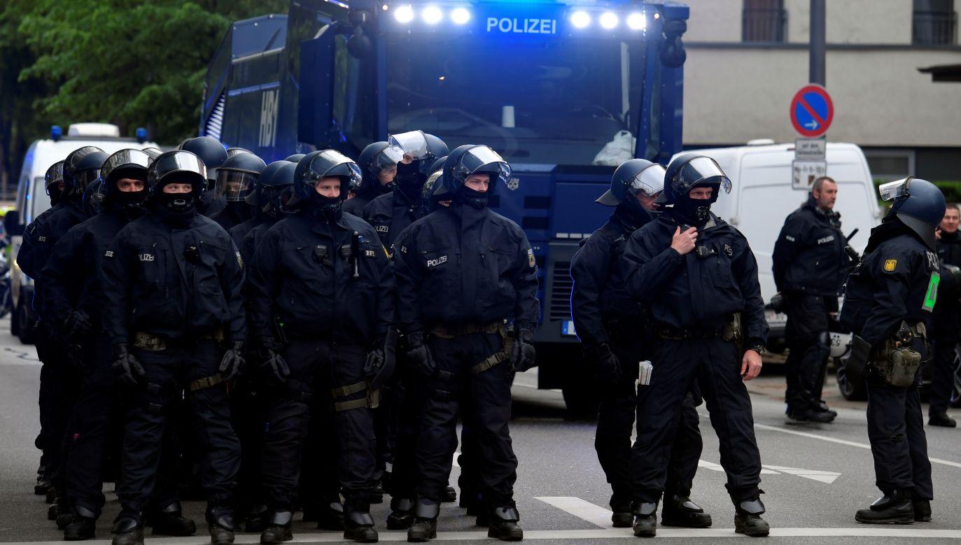 Policja w Hamburgu (fot. REUTERS/Fabian Bimmer; zdjęcie ilustracyjne)