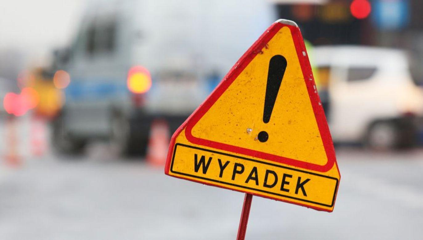 Policjanci apelują o zmniejszenie prędkości i dostosowanie jej do warunków pogodowych (fot.arch.PAP/Leszek Szymański)