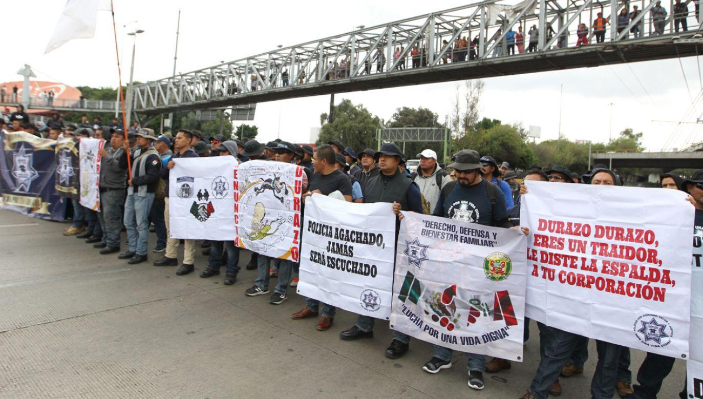 Policjanci protestowali przeciwko decyzji prezydenta dotyczącej rozwiązania policji federalnej (fot. PAP/EPA/MARIO GUZMAN)