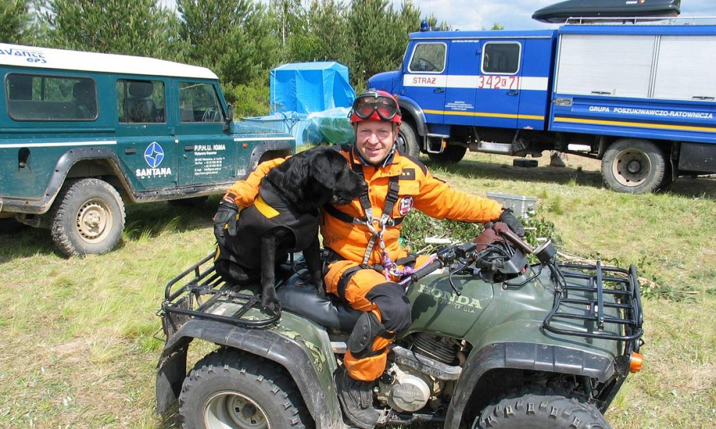 Gary wraz ze swoim panem Krzysztofem Grucą brał udział w 50 akcjach poszukiwawczych ludzi zaginionych, w terenie otwartym, w górach i na misjach. Fot. zbiór prywatny Krzysztofa Grucy
