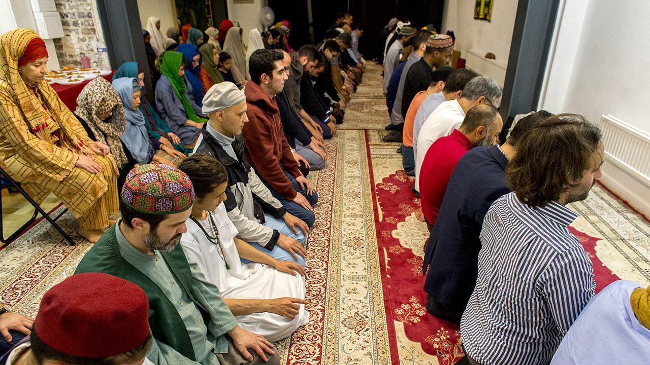 Wzrasta też odsetek mahometan, którzy zachowują islamski zakaz spożywania alkoholu i praktykują post w Ramadanie (fot. Godong/Universal Images Group via Getty Images)