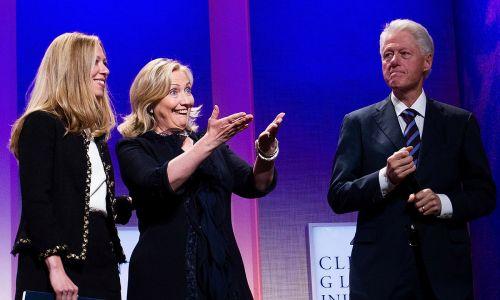 Były prezydent USA Bill Clinton ze swoją żoną, sekretarzem stanu Hillary Rodham Clinton u i ich córką Chelsea Clinton podczas sesji Clinton Global Initiative (CGI) w hotelu Sheraton New York, 22 września 2011 r.  Fot. Daniel Berehulak / Getty Images)