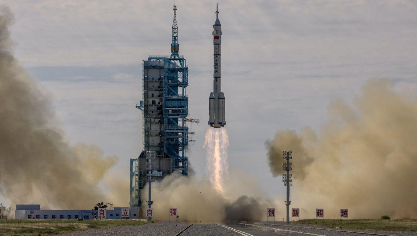 Statek kosmiczny Shenzhou 12 z załogą na pokładzie  (fot. PAP/EPA/ROMAN PILIPEY)