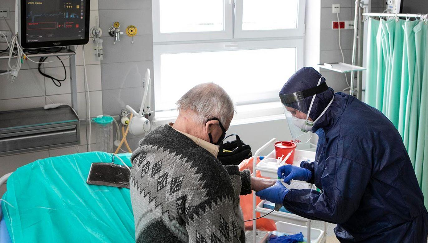 Z powodu covid-19 w szpitalach przebywa 2 268 chorych, a kwarantanną objęto 78 259 osób (fot. Jacek Szydlowski/NurPhoto via Getty Images)