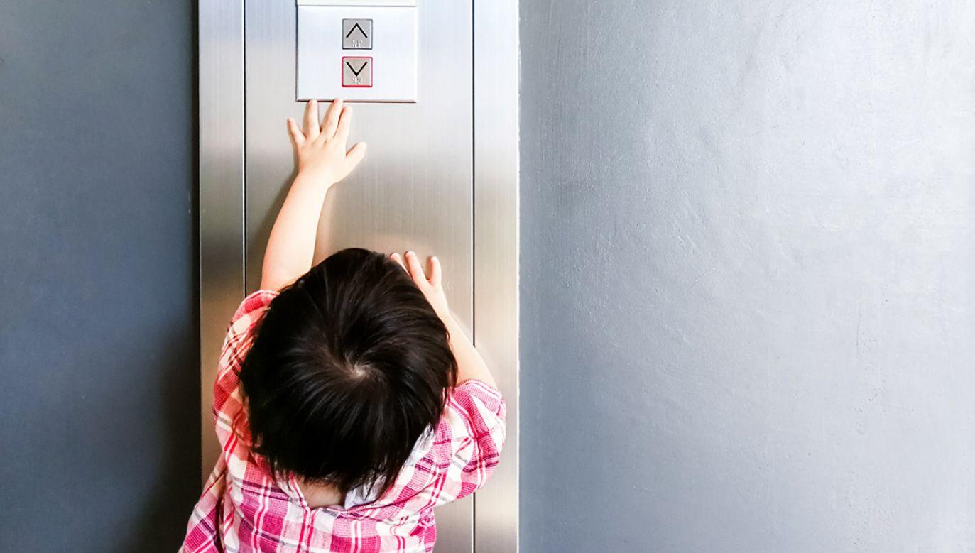 Chłopiec utknął sam w windzie (fot. Shutterstock/NeoStudio1)