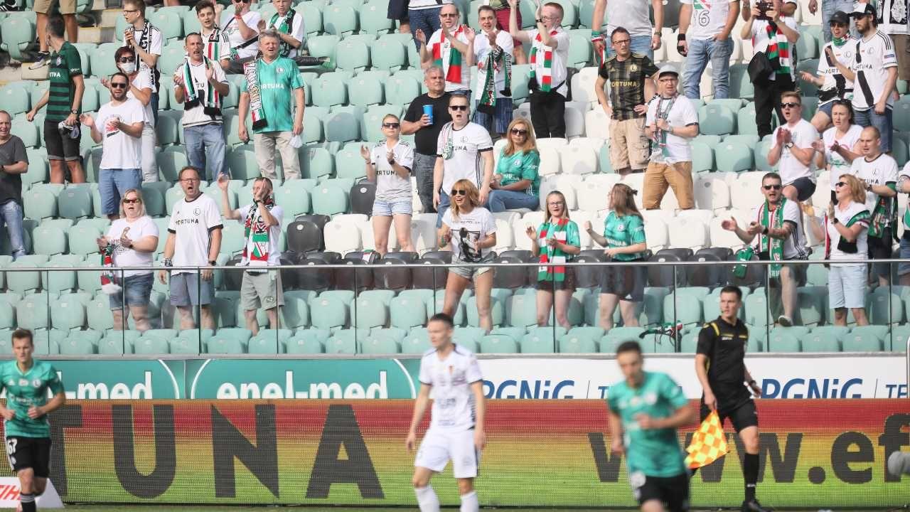 Mecze piłkarskie będzie mogło oglądać więcej widzów (fot. PAP/Leszek Szymański)