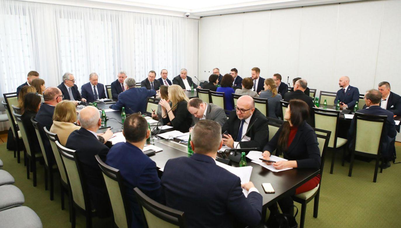 Senacka Komisja Budżetu i Finansów Publicznych (fot. Twitter/Senat RP)