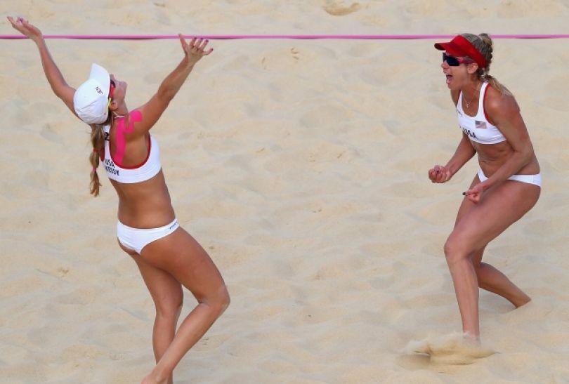 April Ross i Jennifer Kessy świętują zwycięstwo (fot. Getty Images)