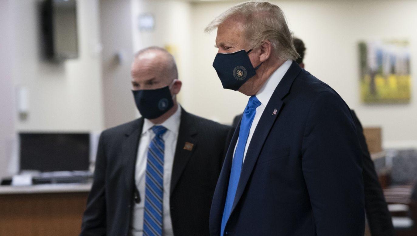Prezydent  Trump po raz pierwszy pojawił się publicznie w maseczce ochronnej (fot. PAP/EPA/CHRIS KLEPONIS)