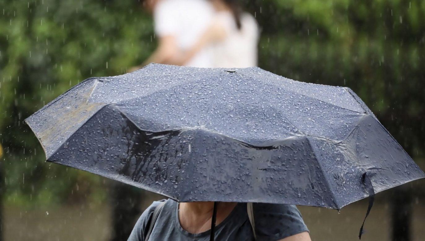 W południowych dzielnicach miasta deszcz padał około 15 minut (fot. PAP/Leszek Szymański)