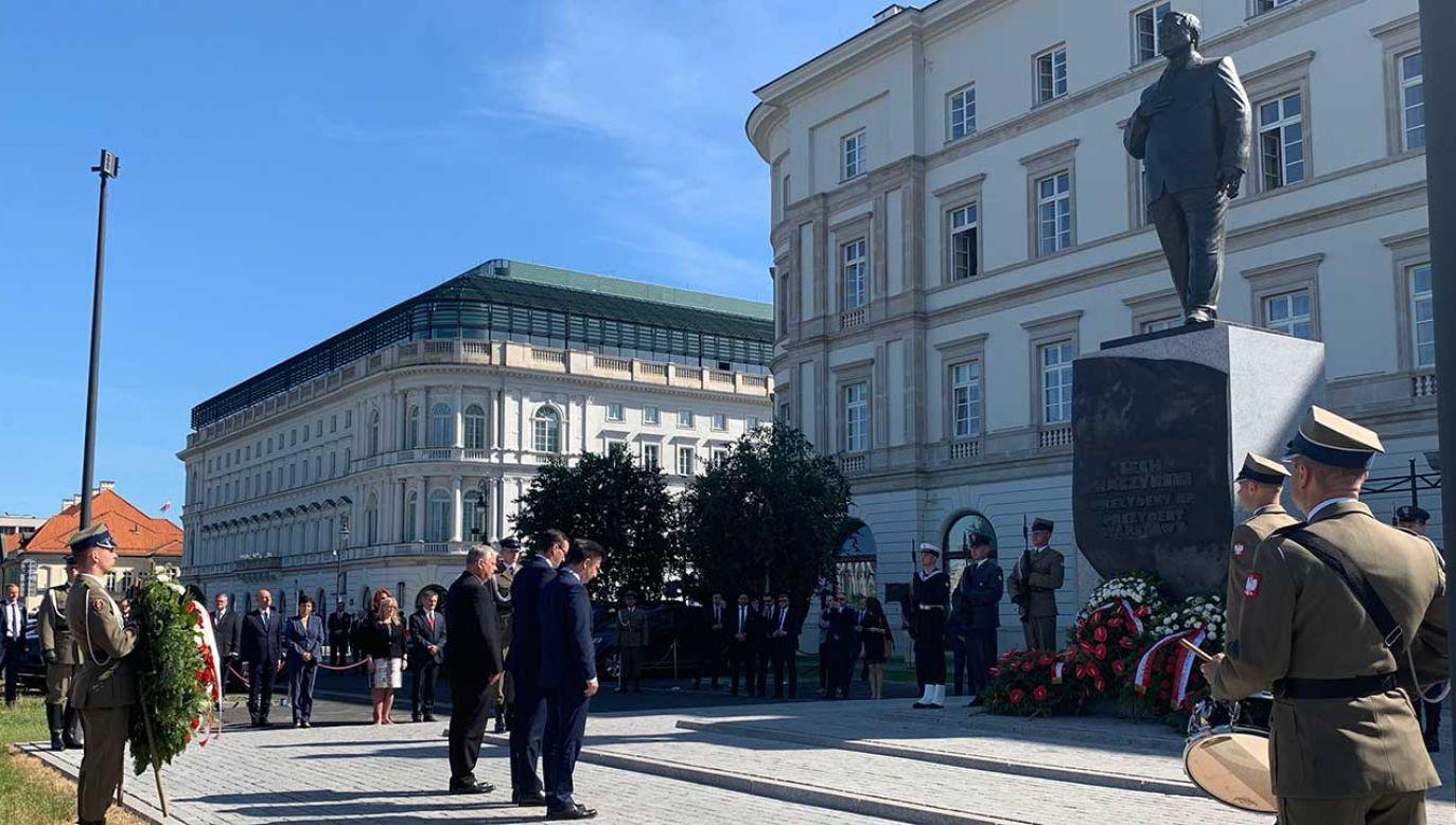 Wieńce przed pomnikiem prezydenta Lecha Kaczyńskiego na pl. Piłsudskiego w Warszawie (fot. TT/Prawo i Sprawiedliwość)