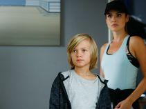 Pod kancelarią spotyka małego chłopca, który chce skorzystać z porady prawnej (fot. TVP)