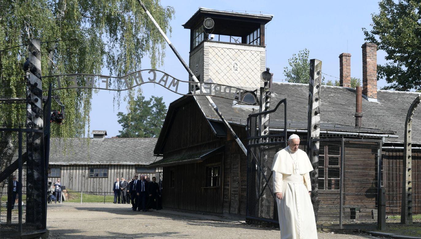 Papież Franciszek oddał hołd zmarłym w obozie Auschwitz-Birkenau Le pape François a visité le camp de concentration Nazi d?Auschwitz-Birkenau 29 lipca 2016 roku (fot. Getty Images/Maurix/Gamma-Rapho)